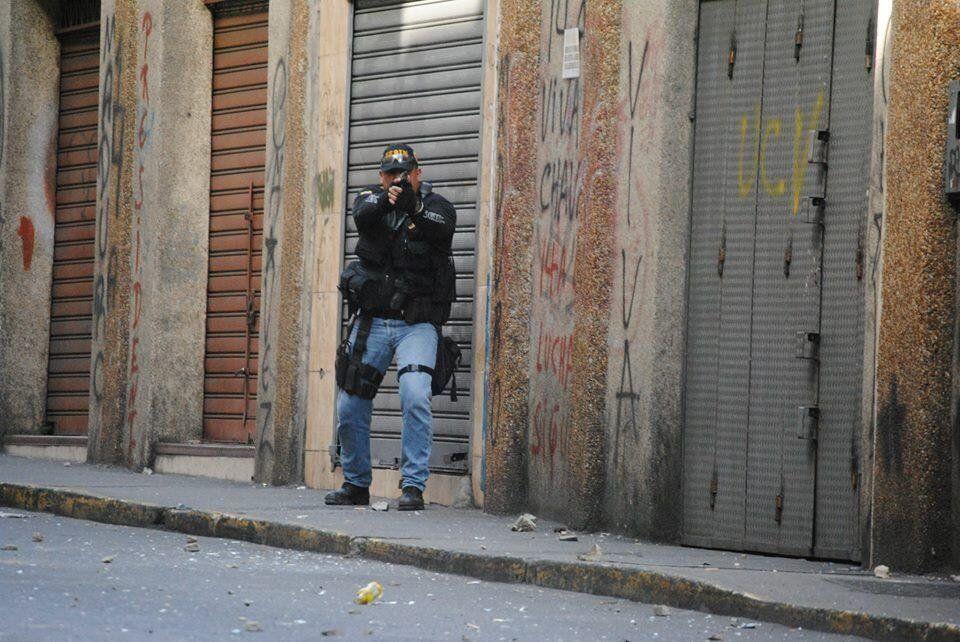 El protagonista de la foto tiene nombre, apellidos y todo tipo de referencias en los medios sociales de internet: Comisario MELVIN EDUARDO COLLAZOS RANGEL CI 8.103.074 el asesino