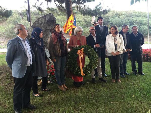 concejales PSC Badalona participando acto oficial presidido x 2 banderas esteladas.