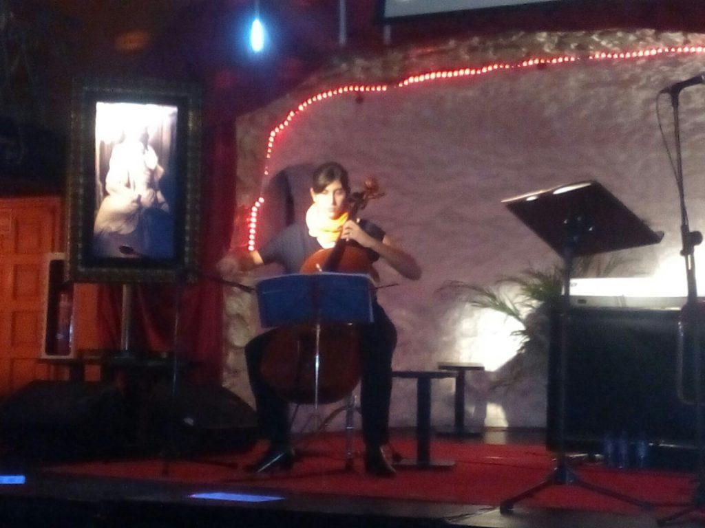 Regina Artero acompaña al violonchelo la presentación