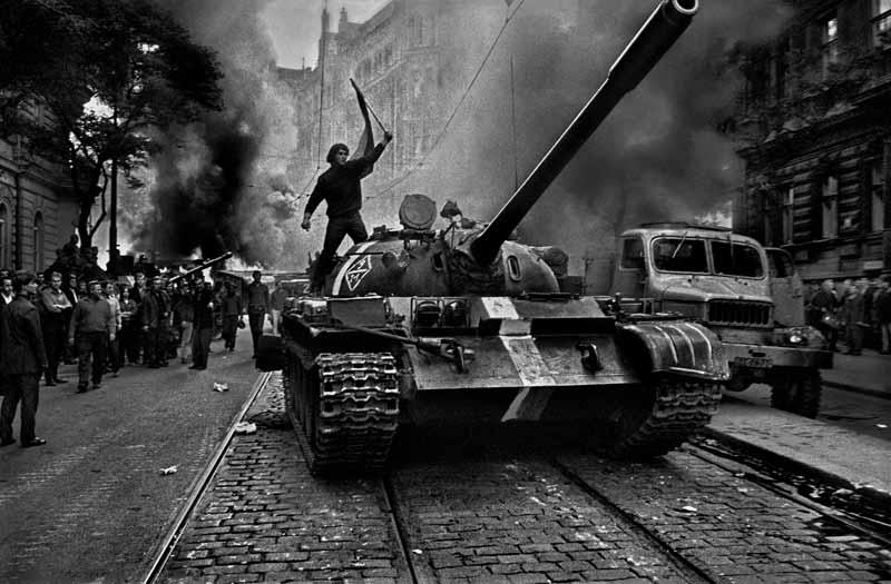 los-tanques soviéticos invaden Praga. Agosto 1968. Magnum