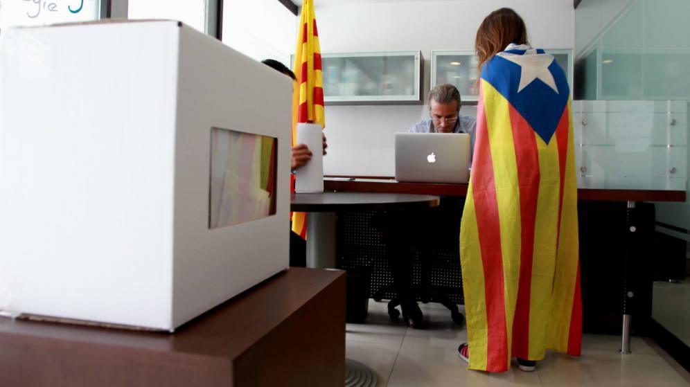Una catalana vota en la consulta del 9 de noviembre de 2014