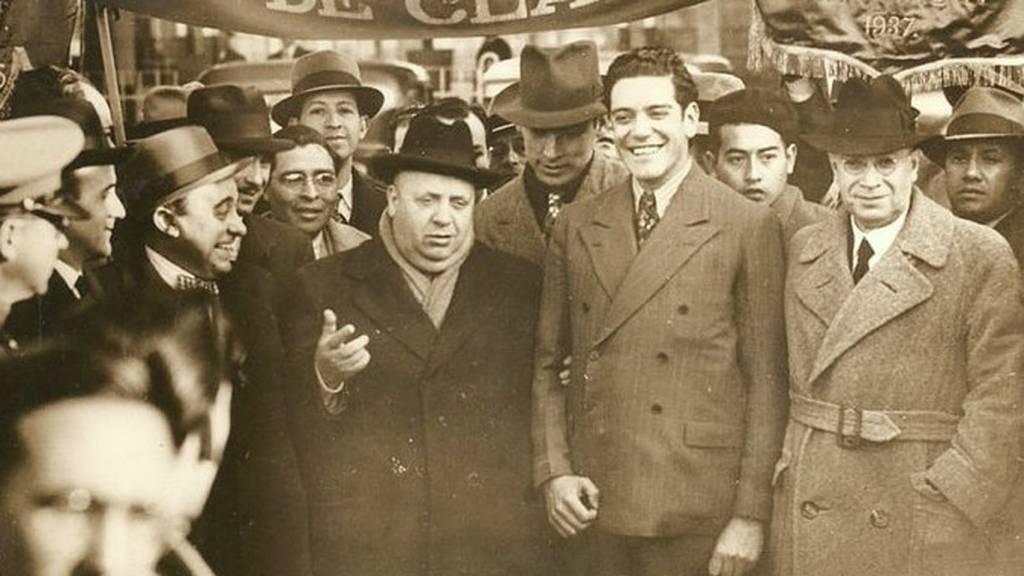 Prieto, con sombrero y abrigo oscuro durante una manifestación por la lucha de clases celebrada en México. El Español