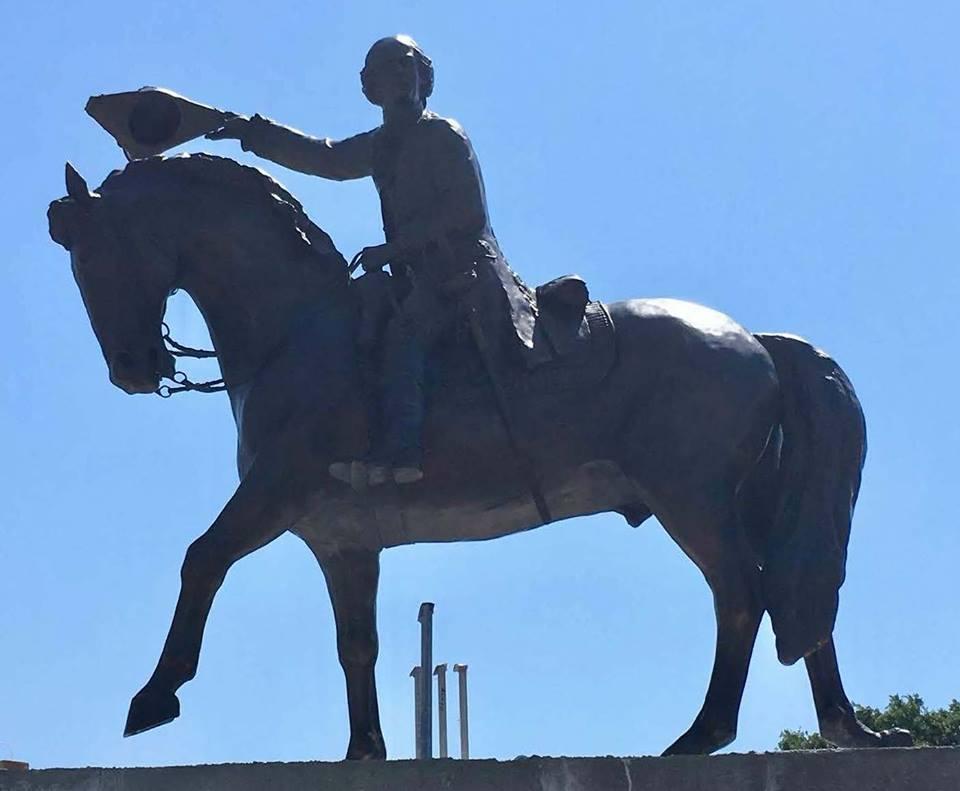 Bernardo de Gálvez montado a caballo y con su sombrero levantado en la mano derecha en señal de victoria
