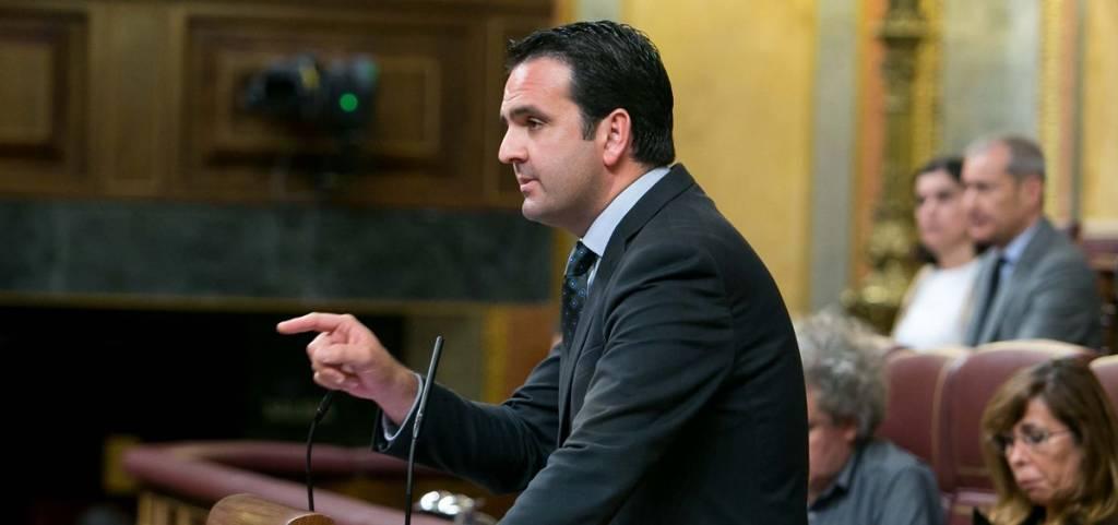 El diputado de Unión del Pueblo Navarro, Iñigo All durante el debate de la moción de censura contra Rajoy