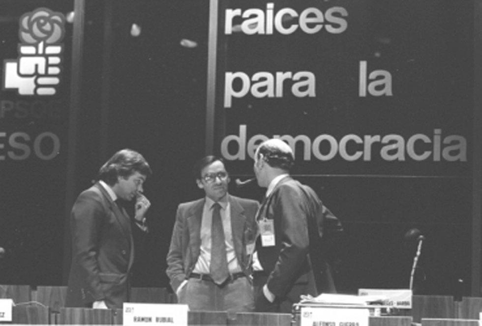 Alfonso Guerra, durante una reunión del PSOE