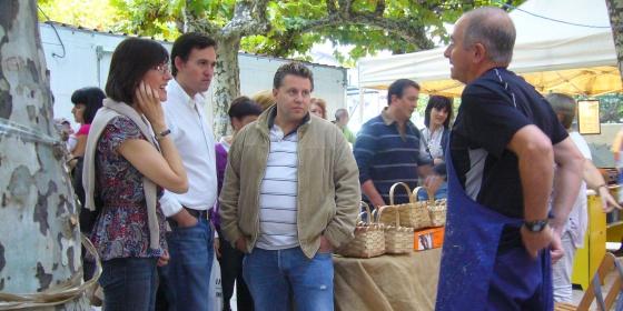 Juan Antonio Extremera, segundo por la izquierda, con vecinos de Echarri Aranaz, durante unas fiestas locales del municipio.