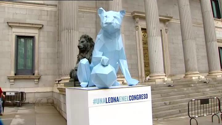 La ONG Plan International ha organizado un acto en el que ha colocado una leona en el Congreso.