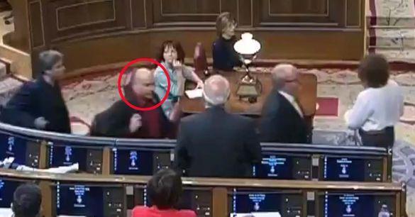 Borrell denuncia que un diputado de ERC le escupe cuando abandonaba el Pleno