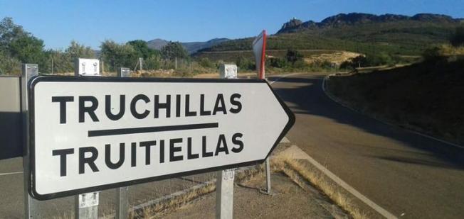 Truchas instala carteles bilingües para la señalización de las direcciones y la entrada de los pueblos