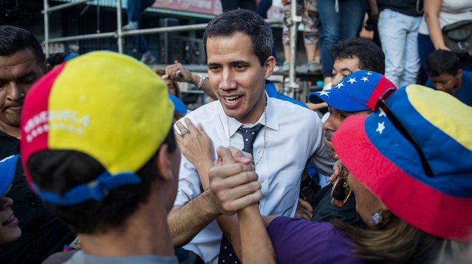 El presidente constitucional, en estos momentos y según el artículo 233 es Juan Guaidó