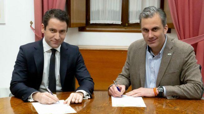 Teodoro García Egea y Javier Ortega Smith cuando firmaron el acuerdo para la constitución del Parlamento
