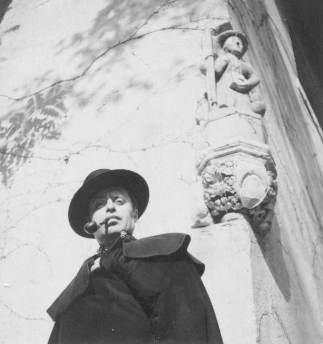 Manolo Prieto con su inseparable pipa y su capa española. Foto de la Fundación Manolo Prieto
