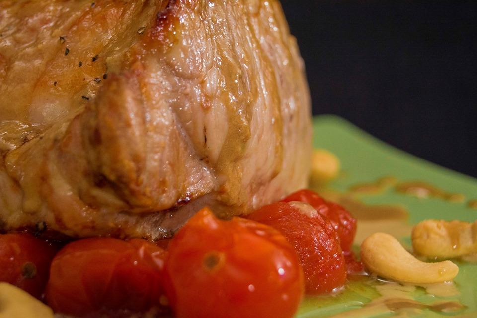 Carne asada con crema de ajos, anacardos y tomates cherry. Imagen de Rodolfo Arévalo
