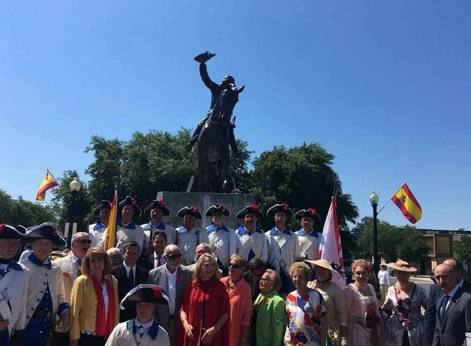 Se representa a Bernardo de Gálvez montado a caballo y con su sombrero levantado en la mano derecha en señal de victoria.