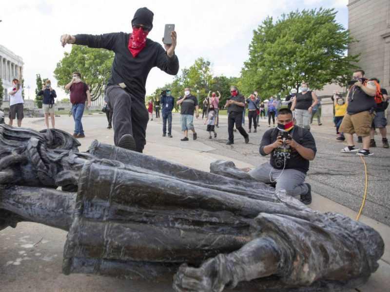 La estatua de Colón es vandalizada y decapitada en varias ciudades norteamericanas
