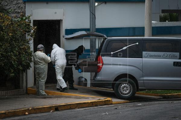 Un ataúd es retirado del Hospital Sermasa en el barrio Bolonia, utilizando protocolos de seguridad por muertes de COVID-19 en Managua (Nicaragua). EFE/ Carlos Herrera/Archivo