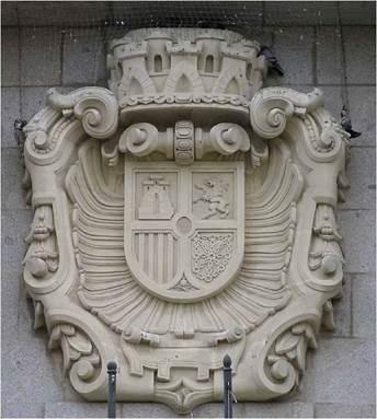 Y en el Banco de España en Ávila: las obras comenzaron en 1925, es decir, en época de Alfonso XIII. Terminaron hacia 1931 y en la 2ª República se colocó el escudo tapando una ventana, escudo que permaneció durante toda la dictadura.