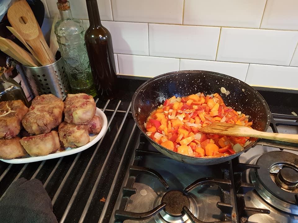 Preparamos las verduras. Primero cebolla y ajo y más tarde la zanahoria y el pimiento