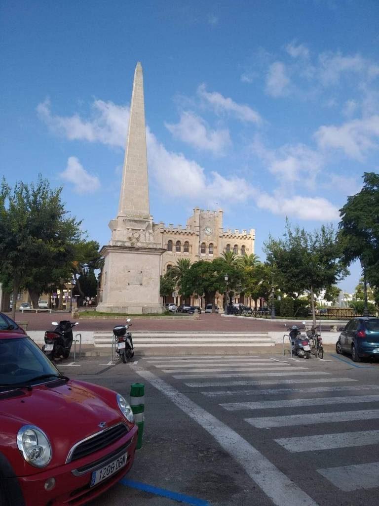 Hoy podemos admirar el obelisco que se yergue en el centro de la plaza del Borne de Ciudadela que tiene 22 metros de altura, erigido en 1857 como recuerdo de la resistencia y derrota de la ciudad durante el ataque de la armada turca en 1558.