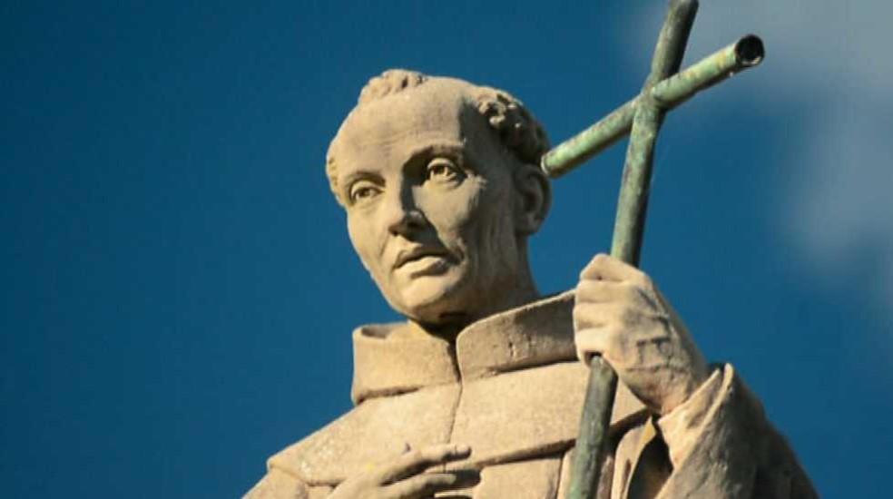 San Fray Junípero Serra un hombre bueno denostado por la progresía junto a la Cruz.