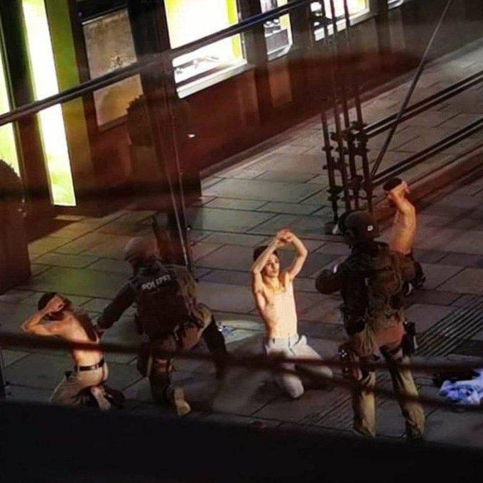 Una guerra que no se quiere ver. En la imagen la detención en Viena a varios individuos, obligados a desnudarse para evitar una eventual activación de chaleco bomba.