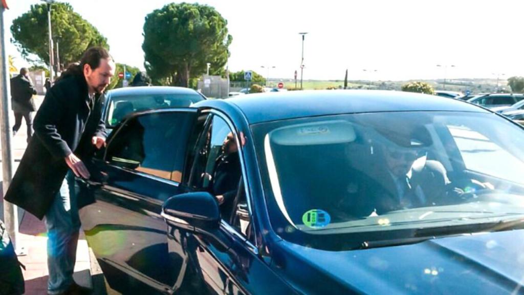 Pablo Iglesias accediendo a su vehiculo oficial de alta gama