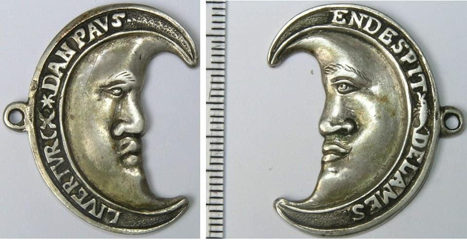 """Medalla neerlandesa empleada por los """"mendigos del mar"""" en forma de media luna del tiempo de la revuelta anticatólica, con el eslogan """"Liver Turcx dan Paus"""" , 'Antes turcos que papistas', y """"En Despit de la Mes"""" , en francés: """"En Despit de la Messe"""", es decir 'A pesar de la misa', 1570."""